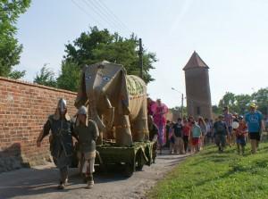 De olifant Hansken als mascotte tijdens het Gort-feest in Treptow